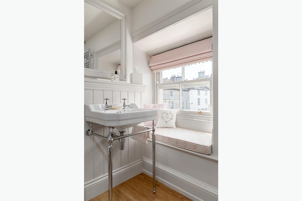 Middleham bathroom window seat 72 pixel images 1200 x 800
